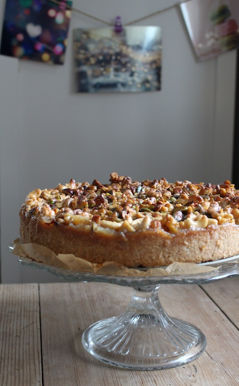 Vegan apple pie with caramelized nuts