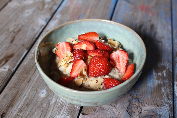 Vegan porridge with strawberries